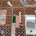 Jordi Mitjà • Pedana di oggetti perduti particolare • ph Massimo Camplone